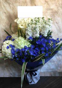 青のコーポレートカラーの祝い花