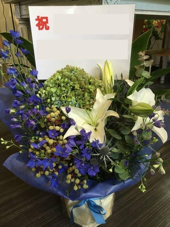 デルフィニウムを使った祝い花