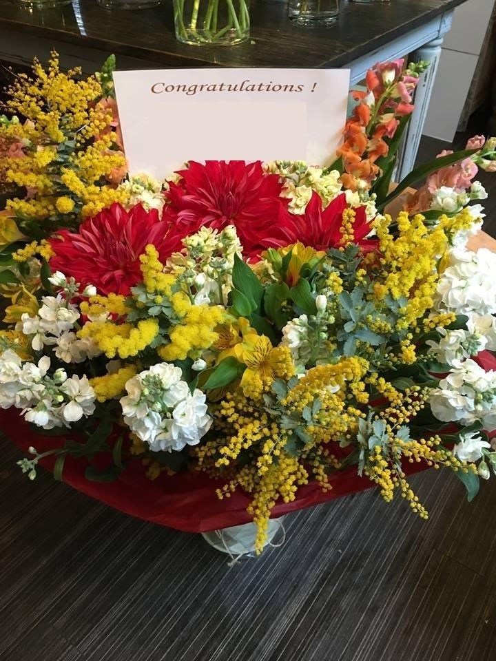 ミモザを使った祝い花